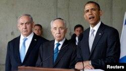 22일 이스라엘의 유대인 대학살 기념관인 '야드 바솀'을 방문 중에 기자회견을 가진 오바마 대통령(오른쪽). 그 옆으로 네타냐후 이스라엘 총리(왼쪽)와 시몬 페레스 대통령이 함께 했다.