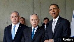 Presiden Amerika Barack Obama (kanan) didampingi PM Israel Benyamin Netanyahu (kiri) dan Presiden Shimon Peres (tengah) saat menyampaikan pidatonya di Tugu Peringatan Korban Pembantaian Nazi di Yerusalem (22/3).