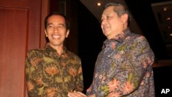 Indonesia's President Susilo Bambang Yudhoyono, right, greets President-elect Joko Widodo during their meeting in Bali, Aug. 27, 2014.