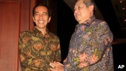 Presiden Susilo Bambang Yudhoyono bersama presiden terpilih Joko Widodo di Bali.