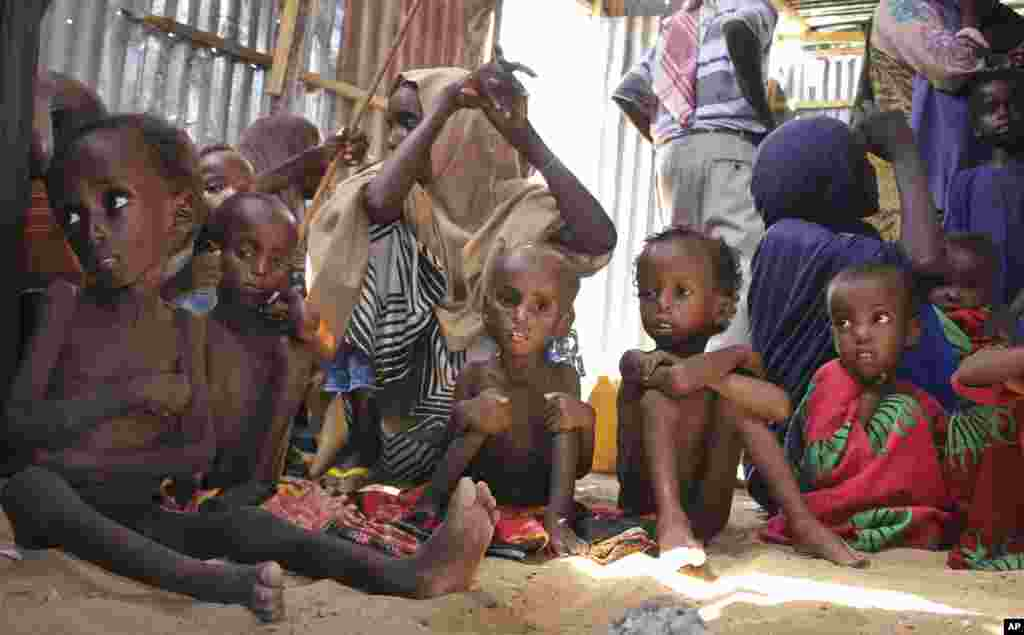 فقر در سومالی. این عکس را اسوشیتدپرس از کودکان گرسنه و فقیر در پایتخت بحران زده این کشور گرفته است.