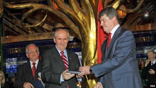 Elez getting award from Albanian President Topi