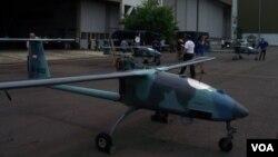Drone Si Wulung produksi PT DI dipamerkan sesaat setelah mendapatkan sertifikat tipe dari Indonesian Military Airworthiness Authority (IMAA)di PT DI Bandung (26/4). (VOA/R. Teja Wulan)