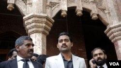 Waseem Shamsad (kanan), saudara laki-laki salah satu korban yang tewas ditembak kontraktor CIA, Raymond Davis meninggalkan Pengadilan Tinggi Lahore, Senin (14/3).