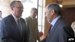 Ліворуч: помічник держсекретаря США Джефрі Фельтман під час зустрічі з головою Національної перехідної ради Лівії Мустафою Абделем Джалілем