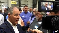美国环保署署长斯科特·普鲁特星期一在肯塔基州一个煤矿工人用品商店讲话后答记者问(2017年10月9日)