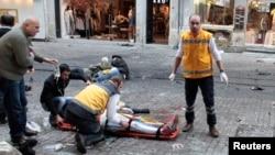 Nhân viên cấp cứu giúp đỡ một người đàn ông sau khi xảy ra vụ đánh bom tự sát ở Istanbul hôm 19/3.