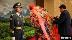 TT Venezuela Nicolas Maduro đặt vòng hoa tưởng niệm tại lăng Chủ tịch TQ Mao Trạch Đông. Ảnh chụp ngày 14/9/2018. Miraflores Palace/Handout via REUTERS