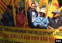 Cựu tù nhân lương tâm Điếu Cày Nguyễn Văn Hải (đứng giữa) từ Nam California lên San Francisco biểu tình. (Ảnh: Bùi Văn Phú)
