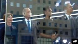 ປະທານາທິບໍດີບາຣັກໂອບາມາ ແລະສັດຕີໝາຍເລກນຶ່ງ Michelle Obama ແລະປະທານາທິບໍດີ George W. Bush, ແລະອະດີດສັດຕີໝາຍເລກນຶ່ງ Laura Bush. ວັນທີ 11 ກັນຍາ 2011