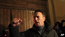 ທ່ານ Alexey Navalny ຜູ້ນໍາຝ່າຍຄ້ານຣັດເຊຍ ກ່າວຕໍ່ບັນດາຜູ້ສະໜັບສະໜຸນຂອງທ່ານ ຫລັງຈາກຖືກຕໍາ ຫລວດປ່ອຍໂຕທີ່ກຸງມົສກູ. ວັນທີ 6 ມີນາ 2012.