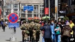 中国军人2010年3月3日在西藏拉萨街头巡逻。