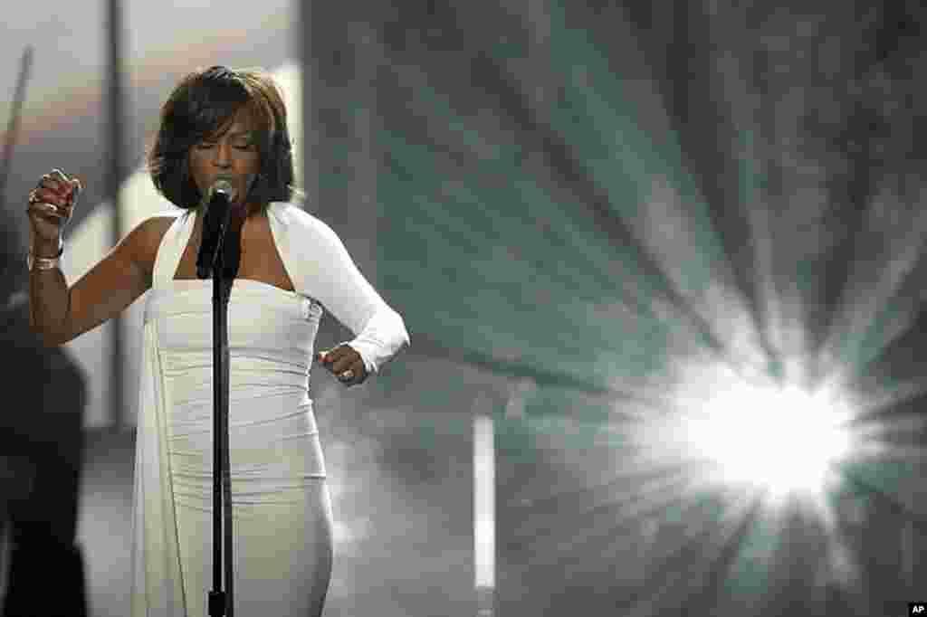 2009年11月,惠特尼•休斯顿在洛杉矶举行的第37届美国音乐奖颁奖典礼上演出。休斯顿在2012年2月11号去世,年仅48岁。 (AP)