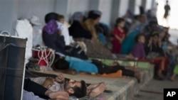 15일 터키 접경 지역 시리아 아자즈에서 터키 난민 수용소로 가기 위해 대기중인 사람들.