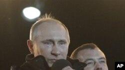 Thủ tướng Nga Vladimir Putin, trái, và Tổng thống Dmitry Medvedev trong 1 cuộc mít tinh lớn bên ngoài điện Kremlin, Moscow, 4/3/2012