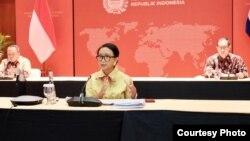 Menteri Luar Negeri Retno Marsudi dalam jumpa pers virtual di kantornya di Jakarta, Jumat (17/4).