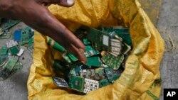 Chips de teléfonos móviles son guardados en una bolsa en un basurero en África.