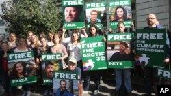 Демонстрация в поддержку Greenpeace около посольства России в Париже