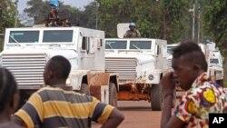 Des auto-blindées de l'ONU patrouillent à Bangui, 30 septembre 2015. (AP Photo)