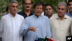 شاہ محمود قریشی ، عمران خان کے ساتھ اسلام آباد میں ایک پریس کانفرنس کے دوران۔ اگست 2017