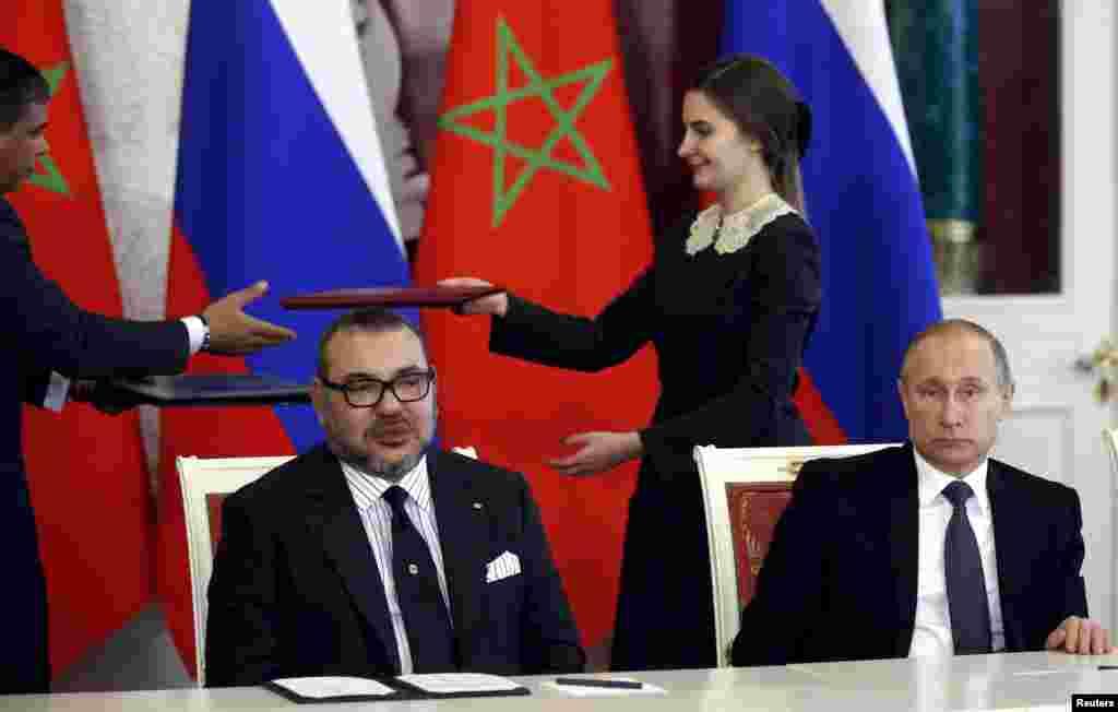 លោក Vladimir Putin ប្រធានាធិបតីរុស្ស៊ី (រូបស្តាំ) និងស្តេច Mohammed របស់ម៉ារ៉ុក ចូលរួមក្នុងពិធីចុះហត្ថលេខាមួយបន្ទាប់ពីកិច្ចចរចានៅវិមានក្រឹមឡាំង (Kremlin) ក្រុងមូស្គូ។