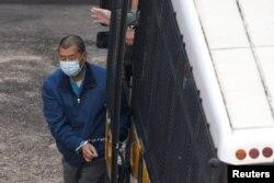Taipan media Hong Kong, Jimmy Lai Chee-ying, pendiri Apple Daily, tiba di Lai Chi Kok Reception Centre dengan mobil penjara setelah dalam penahanan terkait tuduhan penipuan di Hong Kong, China, Kamis, 3 Desember 2020. (Foto: Reuters)