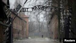 На фото: брама на місці колишнього коцентраційного табору Аушвіц поблизу міста Освенцим на території Польщі