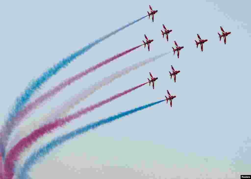 برطانوی رائل ایئر فورس کی ریڈ ایئروز نامی ٹیم فضائی کرتب کا مظاہرہ کر رہی ہے۔