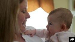 Bayi belajar mengenali isyarat-isyarat sosial dengan melihat ke mata orang lain (foto: ilustrasi).