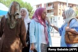 Perempuan Perancis mengobrol pada 29 Juli 2011 di pasar distrik Bagatelle di Toulouse, Perancis barat daya. (Foto: AFP/Remy Gabalda)