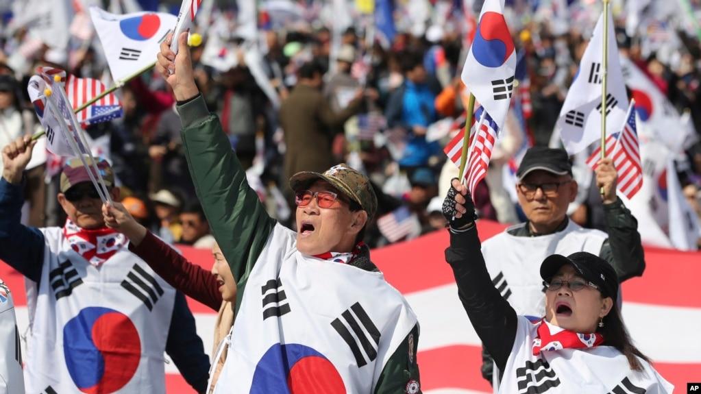 Hàng nghìn người ủng hộ bà Park đổ ra đường ở Seoul hôm 1/4.