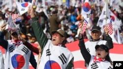 韩国前总统朴槿惠的支持者4月1日在首尔集会,要求释放她