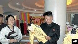 3일 개점을 앞둔 아동백화점을 찾은 김정은 북한 국방위원회 제1위원장.