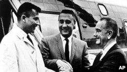 فضانوردان جان یانگ و گاس گریسوم در حال دست دادن با پرزیدنت لیندون جانسون، ۲۸ ژانویه ۱۹۶۷