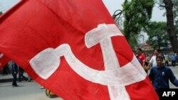 加德满都大街上毛派示威者举着的大旗
