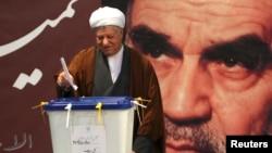 Cựu Tổng thống Iran Ali Akbar Hashemi Rafsanjani bỏ phiếu trong cuộc bầu cử quốc hội ở Tehran, 2/3/2012