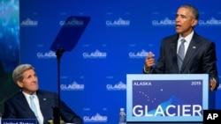 """Prezidan Barack Obama (adwat) avèk Sekretè Detat John Kerry (agoch) pandan lidè ameriken an tap pran lapawòl nan Konferans sou Chanjman Klimatik yo nan vil Anchorage, Alaska. Li di: """"Lit sa a mande kowoperasyon, innovasyon, angajman ak pèseverans devan difikilte""""."""