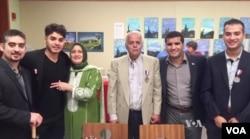 아와드 알시리아 씨(가운데)가 미국 시민권 시험을 통과한 날 아내와 네 아들들과 함께 기념 사진을 촬영했다.