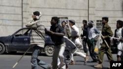 Ủng hộ viên của chính phủ đụng độ với người biểu tình chống chính phủ ở thủ đô Sanaa, ngày 14/2/2011