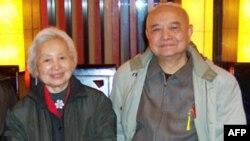 中国社科院文学所退休研究员尹慧珉(左)和工人出版社前社长胡甫臣