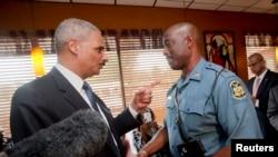 اریک هولدر دادستان کل آمریکا با یکی از فرماندهان پلیس ایالتی در فرگوسن دیدار کرد