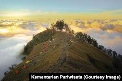 Tenda-tenda para pendaki di Gunung Rinjani. (Foto: Humas Kementerian Pariwisata)