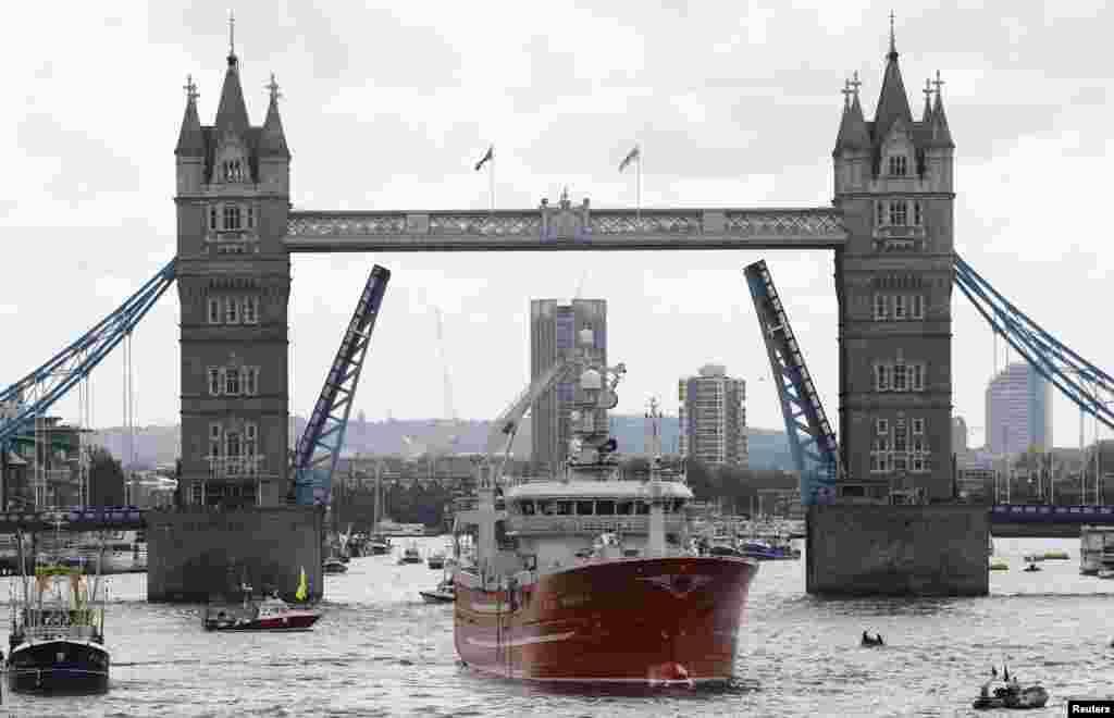 នាវានេសាទមួយក្រុមធំកំពុងធ្វើយុទ្ធនាការដើម្បីចាកចេញពីពីសហភាពអឺរ៉ុប ដែលក្នុងនោះរួមមាននាវា Christina S ចតជិតនាវា HMS Belfast នៅលើទន្លេ Thames ក្រុងឡុងដ៍ ប្រទេសអង់គ្លេស។