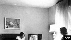 Vào những năm 1950, mọi người cứ tưởng như chắc chắn TV sắp tận diệt radio khi chiếc máy truyền hình xâm chiếm mọi nhà