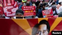 Manifestation contre le coup d'État militaire devant l'ambassade des États-Unis à Rangoun, en Birmanie, le 16 février 2021.