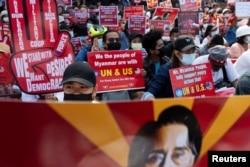 缅甸民众2021年2月16日在美国驻仰光大使馆外集会抗议缅甸军事政变(路透社)