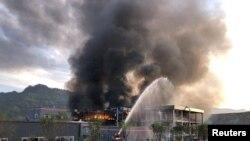 2018年7月12日,中國四川省宜賓市工業園區內一家化工厂爆炸后,救援人員試圖扑滅火災