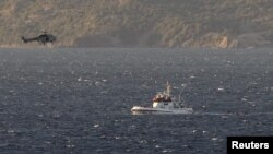 Un guardacostas griego y un helicóptero tratan de rescatar migrantes luego de hundirse un bote con más de 200 personas a bordo.