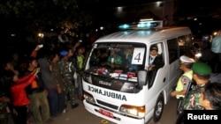 Xe cứu thương chở quan tài của một tù nhân vừa bị hành quyết đến cảng Wijayapura sau khi trở về từ đảo tù Nusakambangan ở Cilacap, Trung Java, Indonesia, ngày 29/4/2015.