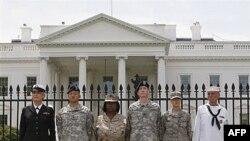 Các binh sĩ Hoa Kỳ tự còng tay mình vào hàng rào bên ngoài Tòa Bạch Ốc trong một cuộc biểu tình đòi thay đổi chính sách hiện thời là cấm những binh sĩ đồng tính công khai phục vụ trong quân ngũ
